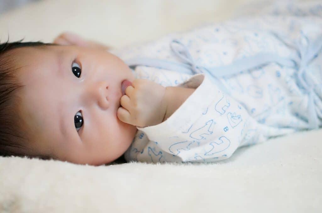 赤ちゃんの機嫌が良さそうな時は手足バタバタを見守ろう