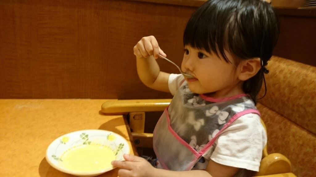 子供用スプーン・フォークを下から持つ(1歳7ヶ月~2歳頃)