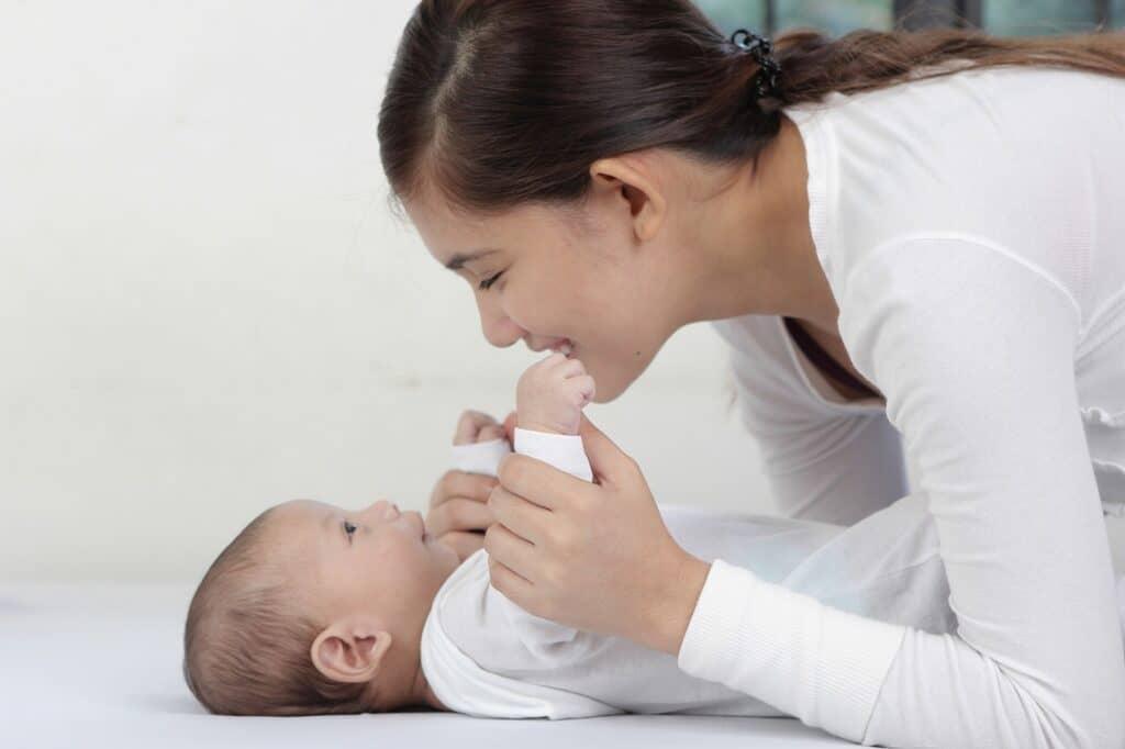 ドーナツ枕がズレて赤ちゃんの顔にかかっていないかこまめに確認する