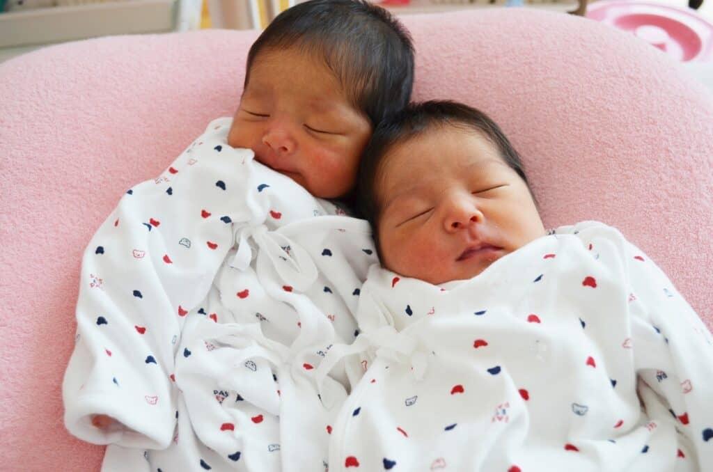 双子を出産したママと赤ちゃんたちの産後の経過例