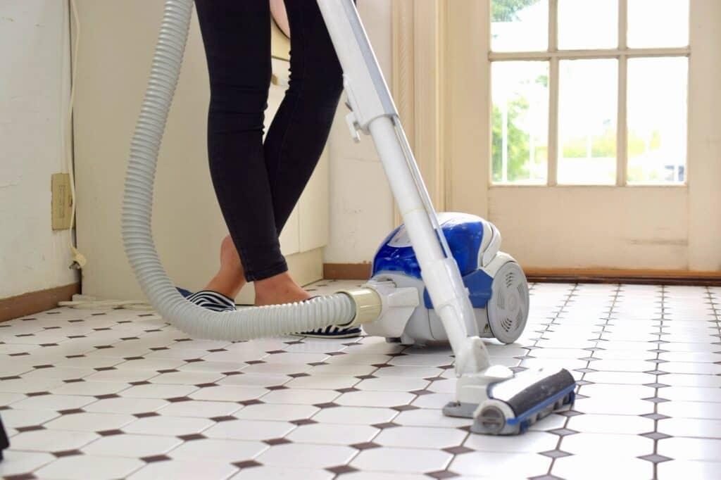 自宅にある掃除機などの機器を使って家事を行う