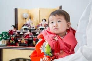 女の子の初節句のお祝いはどんなことをするの? 雛人形の意味やお祝いメニューも紹介