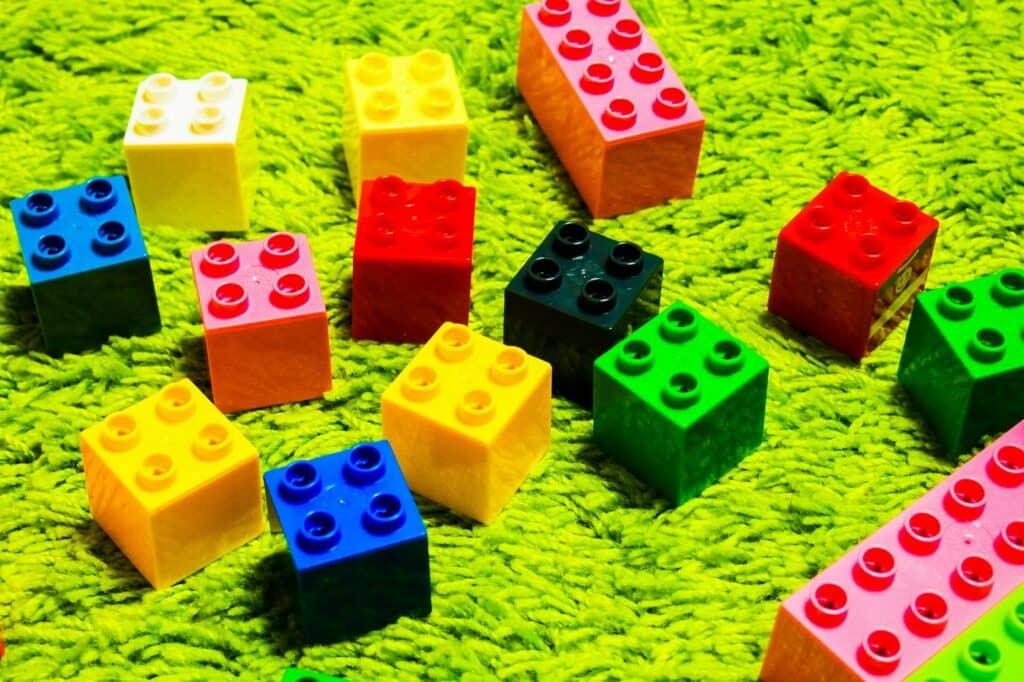 想像力を育むことができるブロックおもちゃや粘土おもちゃ