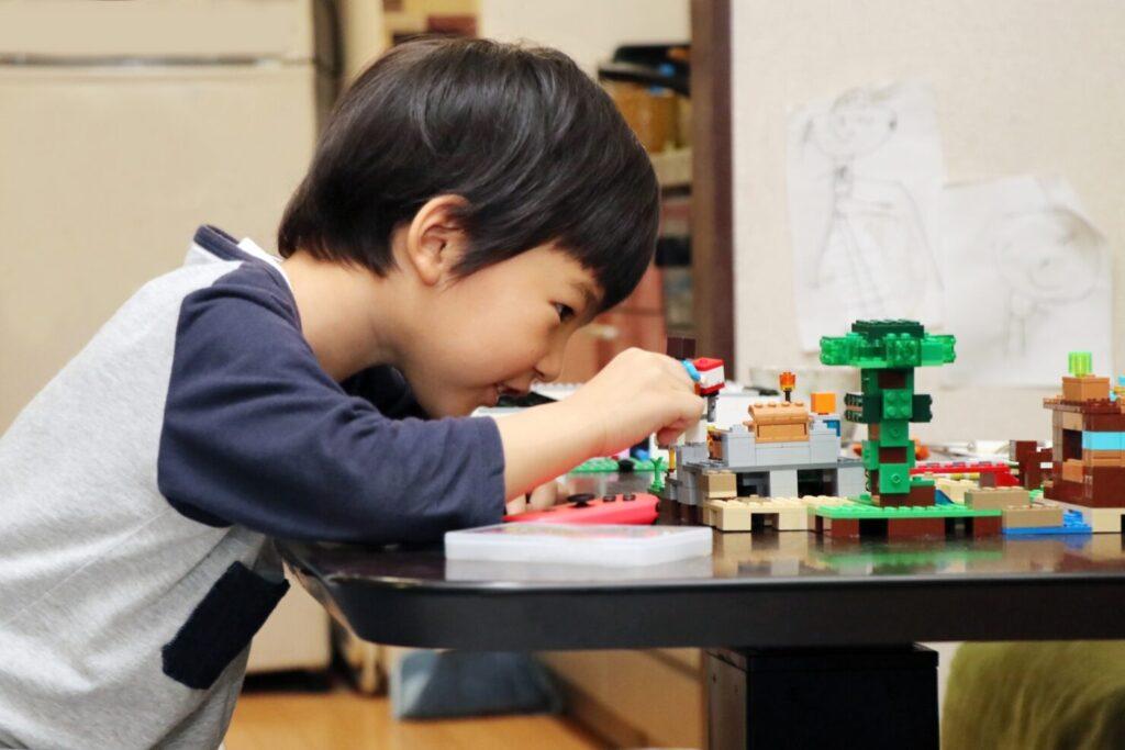 """>5歳の男の子が喜ぶクリスマスプレゼント:【おもちゃ】7選"""" width=""""1024″ height=""""683″ class=""""alignnone size-large wp-image-54062″ /><br /> 5歳の男の子には戦隊ヒーローや仮面ライダーなどが人気です。お兄ちゃん世代の影響を受けてポケットモンスターなどのアニメに興味を持ち始める子もいるでしょう。<br /> 人気キャラクターのおもちゃなど5歳の男の子が夢中になりそうな商品を紹介します。クリスマスの時期になると、ネット通販でもクリスマスギフト用にラッピングしてくれる店舗もあります。商品の価格や送料の有無は店舗により異なるので、よく確認してから注文してください。</p> <h3><span id="""