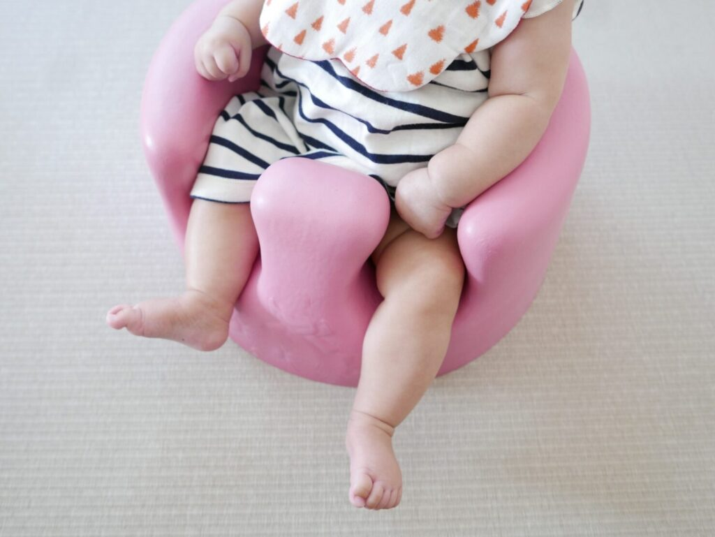 バンボに座る赤ちゃん