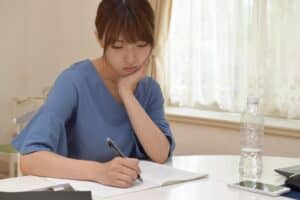 出産手当金は給料によってもらえる額が変わる? 計算の仕方や申請方法は?