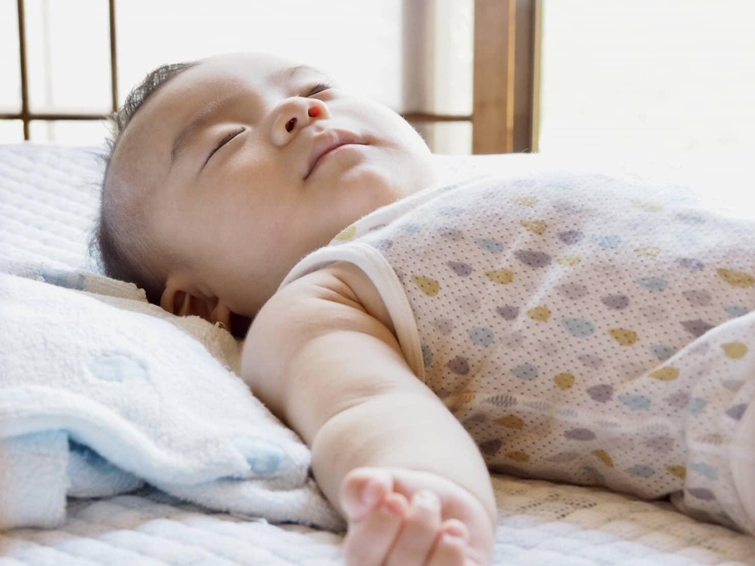 吐き戻し防止枕って何? 選び方やおすすめ、授乳クッションやタオルで代用する方法も紹介