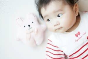 生後2ヶ月の赤ちゃんの成長とお世話のポイント! 母乳回数や予防接種の予定は?