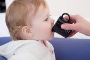 赤ちゃんに湯冷まし(白湯)は必要? 作り方や温度、注意点を紹介