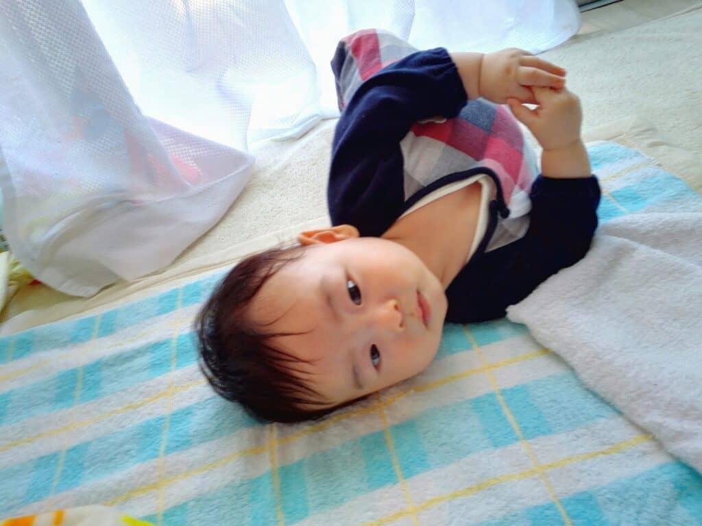 赤ちゃんが寝ている時の向き癖を予防したり改善する