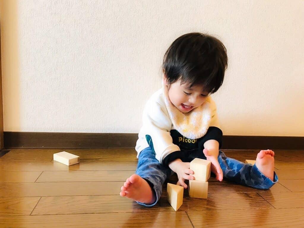 2歳の男の子が夢中になって遊ぶおもちゃとは?