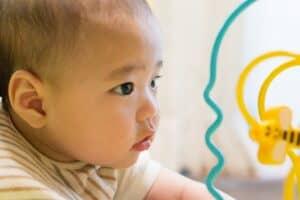 赤ちゃんの目はいつからどのくらい見えているの? 視力の発達や目の病気について紹介