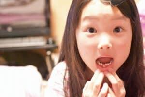 子供の歯が生え変わるのはいつ? 仕組みやトラブル対処法