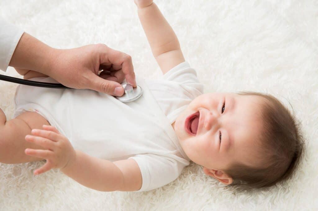 赤ちゃんがミルクや母乳を吐くときに心配される病気とは?