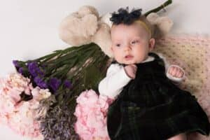 赤ちゃんのヘアバンドおすすめ12選! 簡単な手作りアイデア、つける時の注意点などを紹介