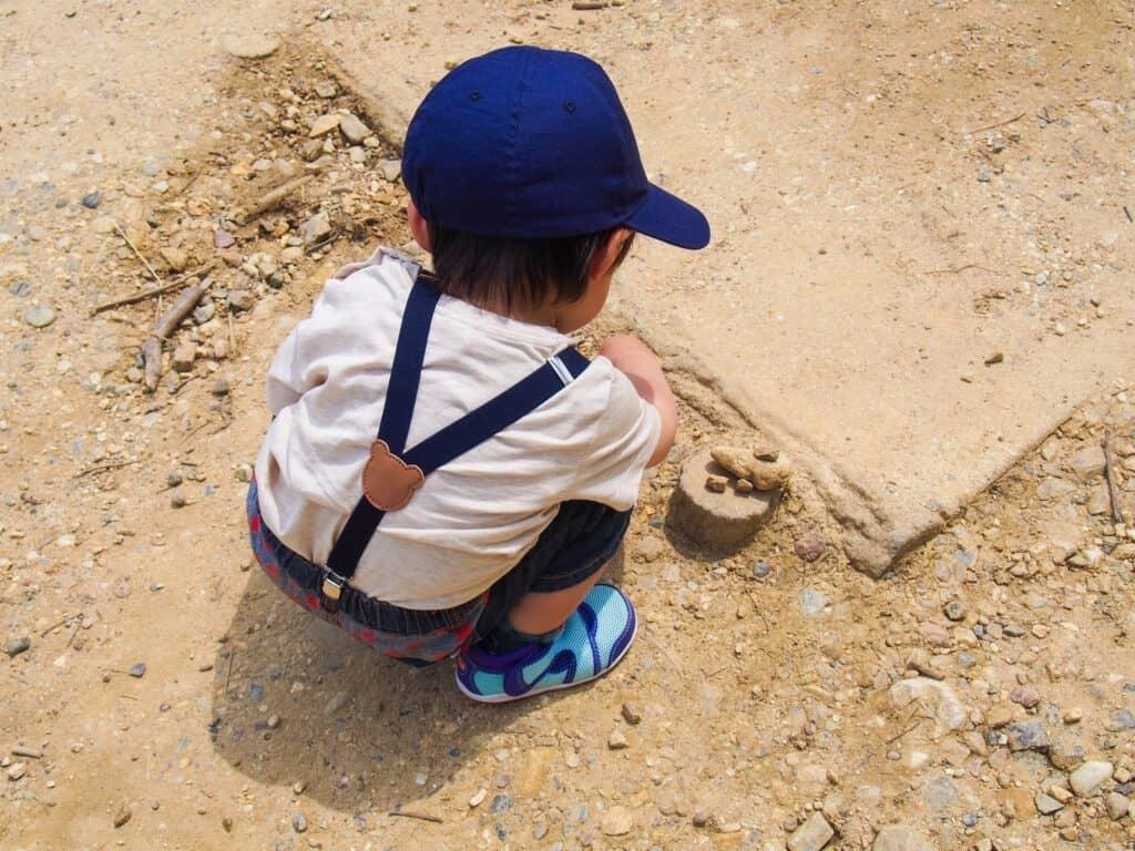 子供が砂を口に入れないか注意する