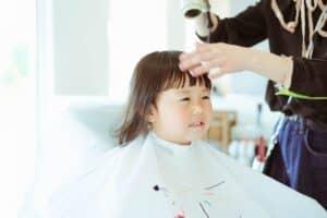 赤ちゃんの散髪は自宅と美容院どっちがいい? セルフカットや美容院選びのポイント、初めて切った髪の毛の残し方を紹介
