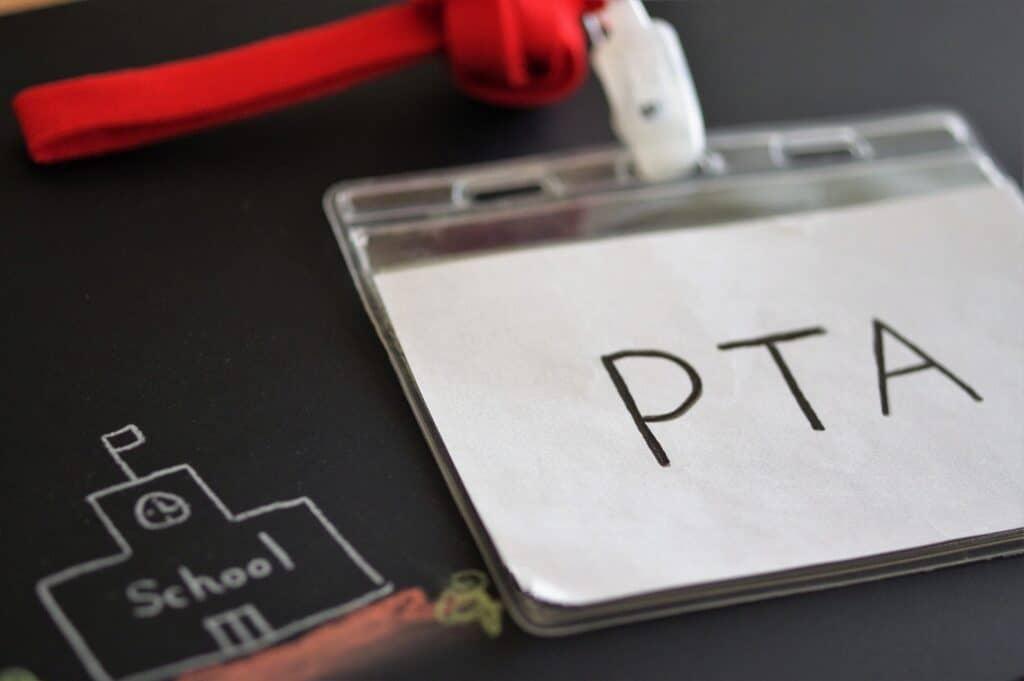 """>PTA役員の決め方は?"""" width=""""1024″ height=""""681″ class=""""aligncenter size-large wp-image-16276″ /><br /> 「PTA役員はトラブルが多くデメリットだらけでは?」と思うかもしれませんが、割り切って付き合うのが上手な人や、ママ友を作りたいと思う人にはネットワークを広げることができるというメリットがあります。PTA役員は嫌だなと思うもののひとつに、決め方の理不尽さがあるのではないでしょうか。ここからは、子供の成長と共に変化するPTA役員の決め方についてご紹介したいと思います。</p> <h3><span id="""