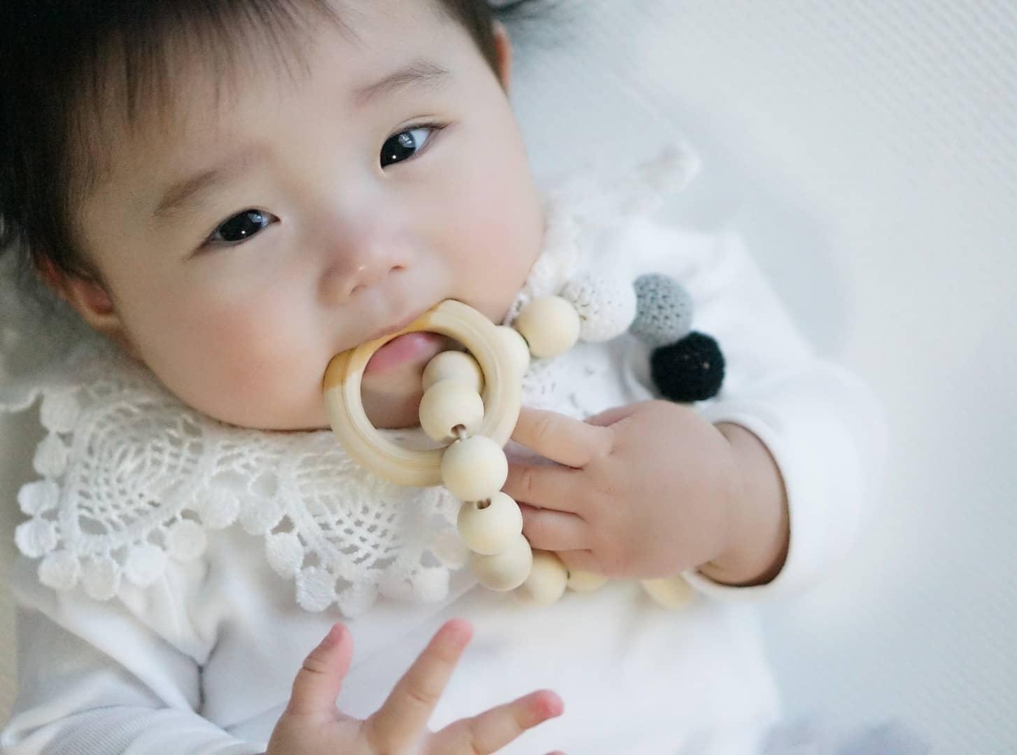 歯の発育には「歯固め」がおすすめ! いつからいつまで使う? 選ぶときの3つのポイントも紹介