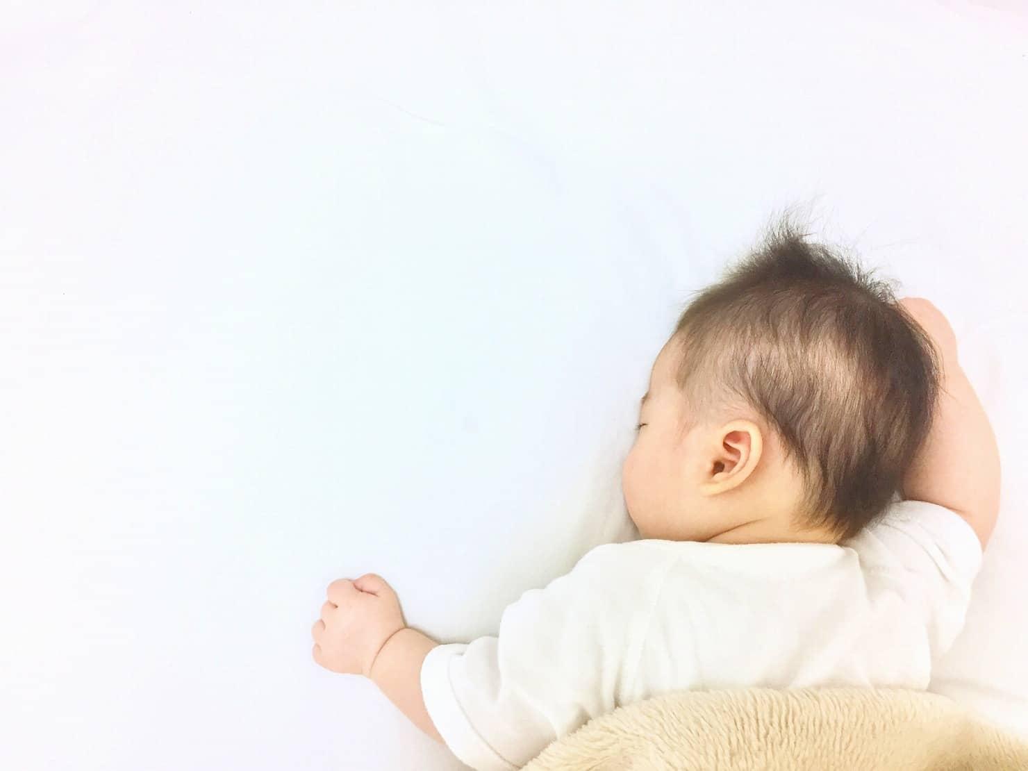 赤ちゃんのうつぶせ寝はダメって本当? うつぶせ寝をしていたら仰向けに戻したほうがいいの?