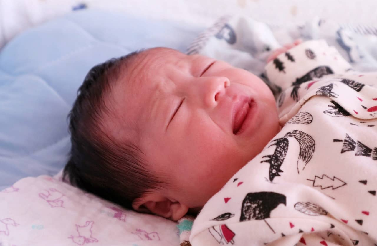 新生児はくしゃみが多い? 原因・対処法を解説