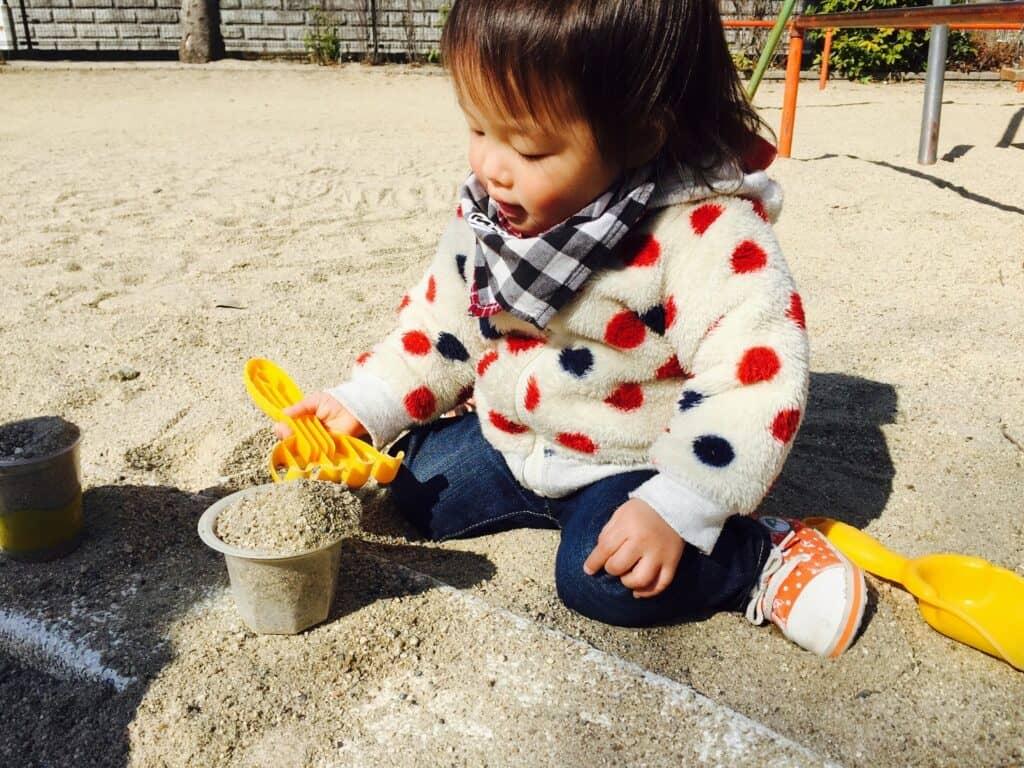 プリンカップやペットボトルなど家にあるものも砂遊びのおもちゃになる