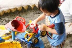 砂遊びが子供に与えるメリットを紹介! 砂遊びデビューはいつ、何歳からがおすすめ?