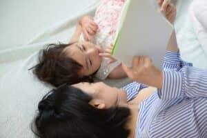 2歳児の寝かしつけは大変? うまく寝かしつける方法とコツを紹介