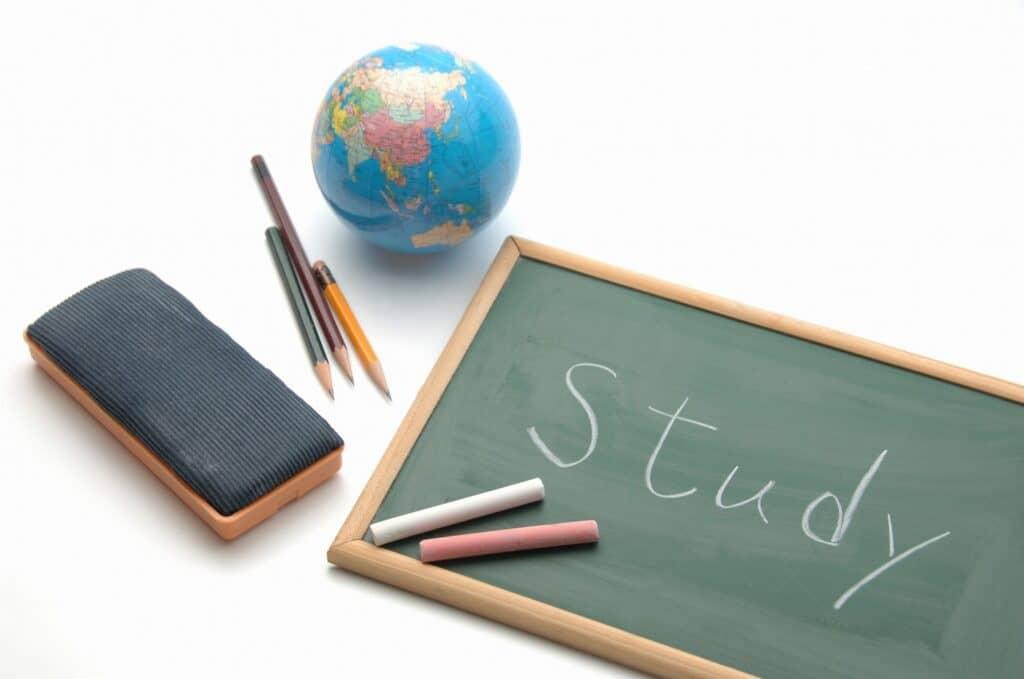 幼稚園教諭と保育士、資格取得までの流れは?
