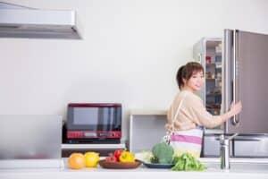 冷蔵庫掃除の方法とコツ。冷蔵庫内の臭いを取る便利グッズを紹介