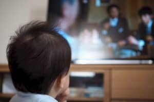 赤ちゃんにどのくらいならテレビを見せてもいい? 悪影響は? テレビの上手な付き合い方、ルールは?