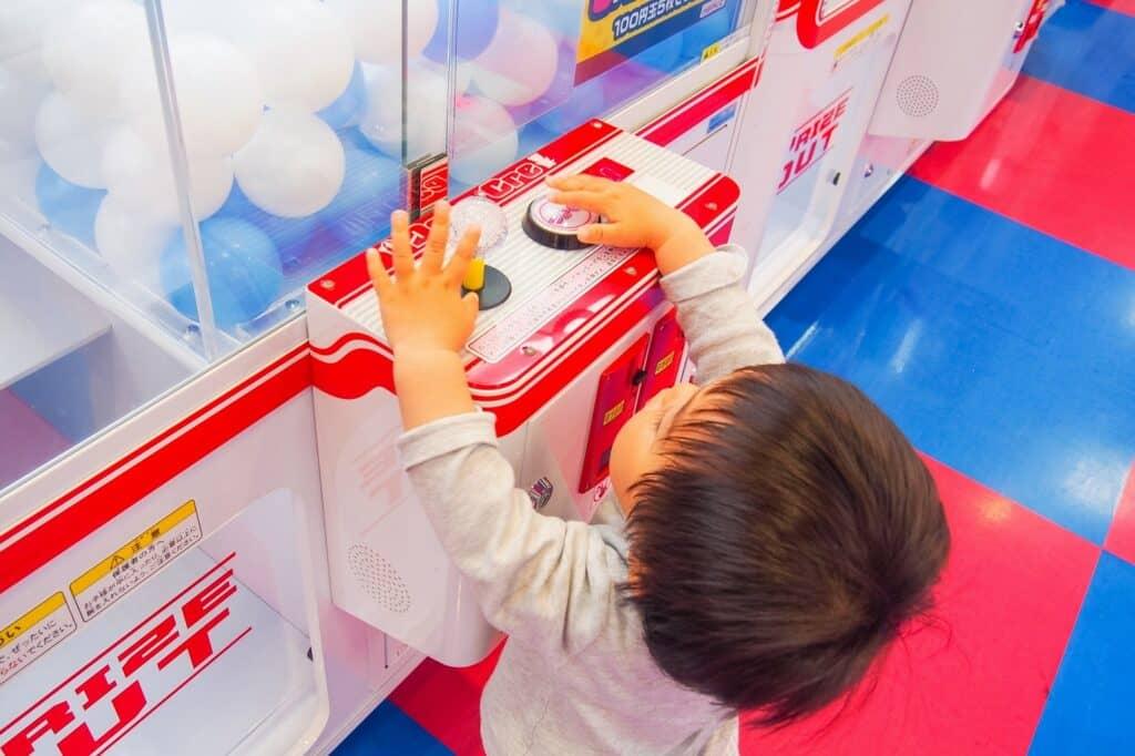 クレーンゲームのおもちゃを楽しめるのは何歳から?