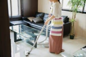 部屋のほこりをなんとかしたい。ほこりが溜まる場所とおすすめ掃除グッズ、溜めない部屋を作る方法