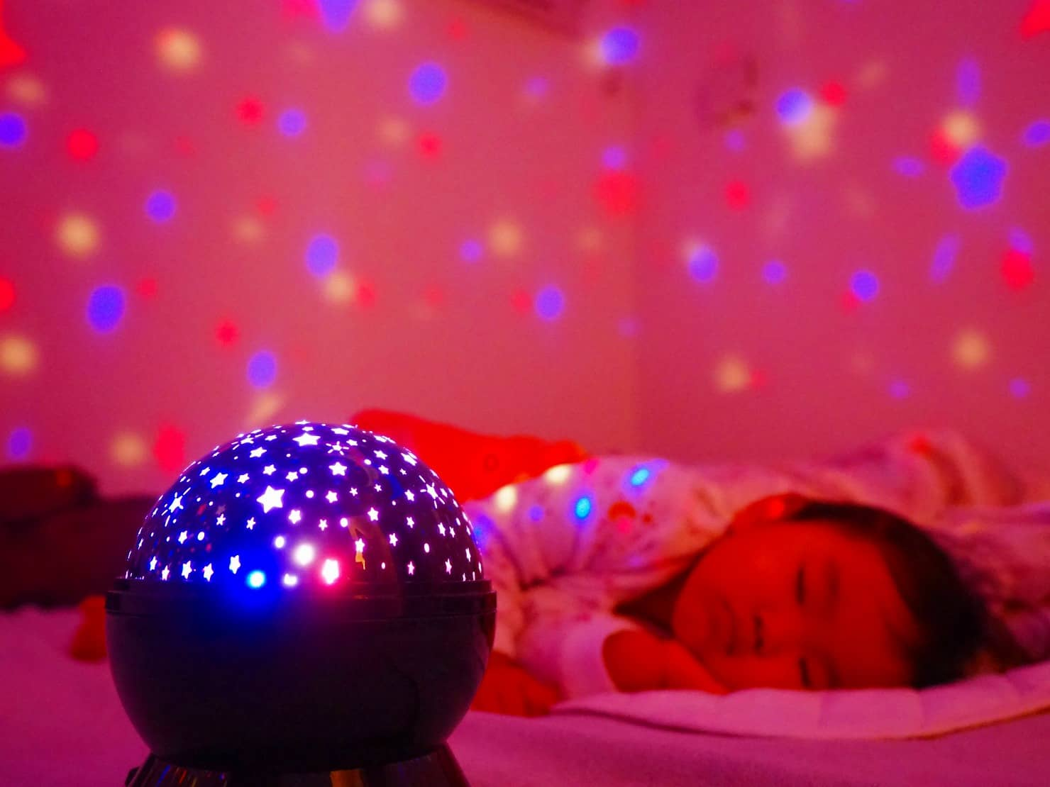 おやすみホームシアターは赤ちゃん、子供の寝かしつけに効果抜群! おすすめの種類や使い方を紹介