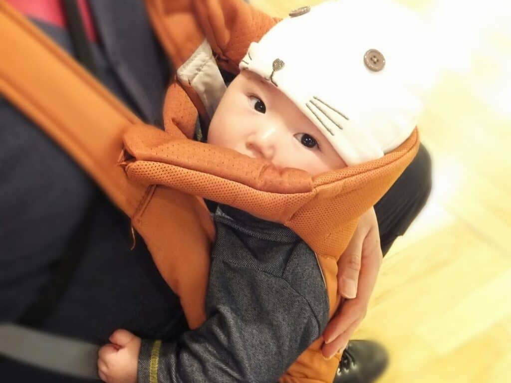 もぐもぐ赤ちゃんにはベルトタイプのよだれカバー