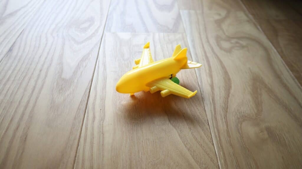飛行機のおもちゃは何歳から遊べる?