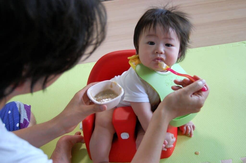 子供や赤ちゃんの遊び食べ対策①:汚れてもいいように床など対策
