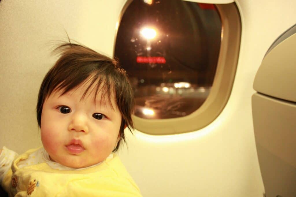 赤ちゃんが飛行機に乗れるのはいつから?