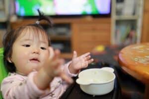 遊び食べは子供や赤ちゃんのアプローチ? イライラしない食育と対処方法