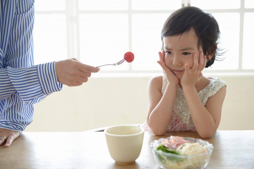 食べない食材も食卓に出し続ける