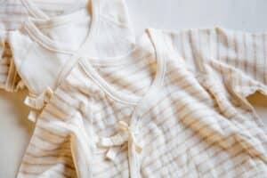 新生児の短肌着は何枚必要? いつまで着れる? おすすめ15選やリメイク方法も紹介