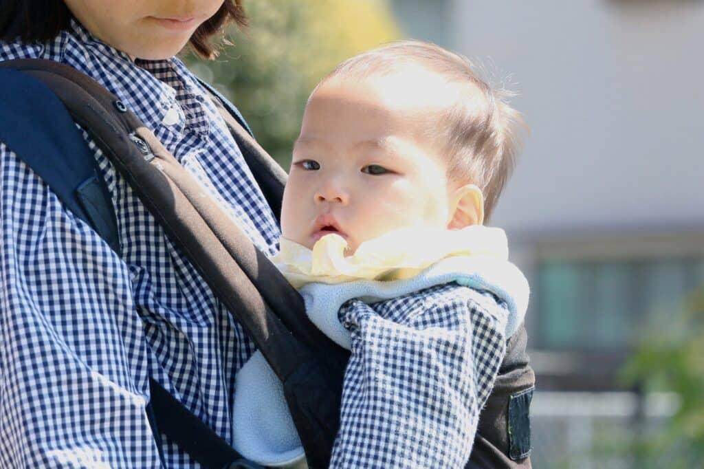 ゴシゴシ赤ちゃんには胸当てタイプのよだれカバー