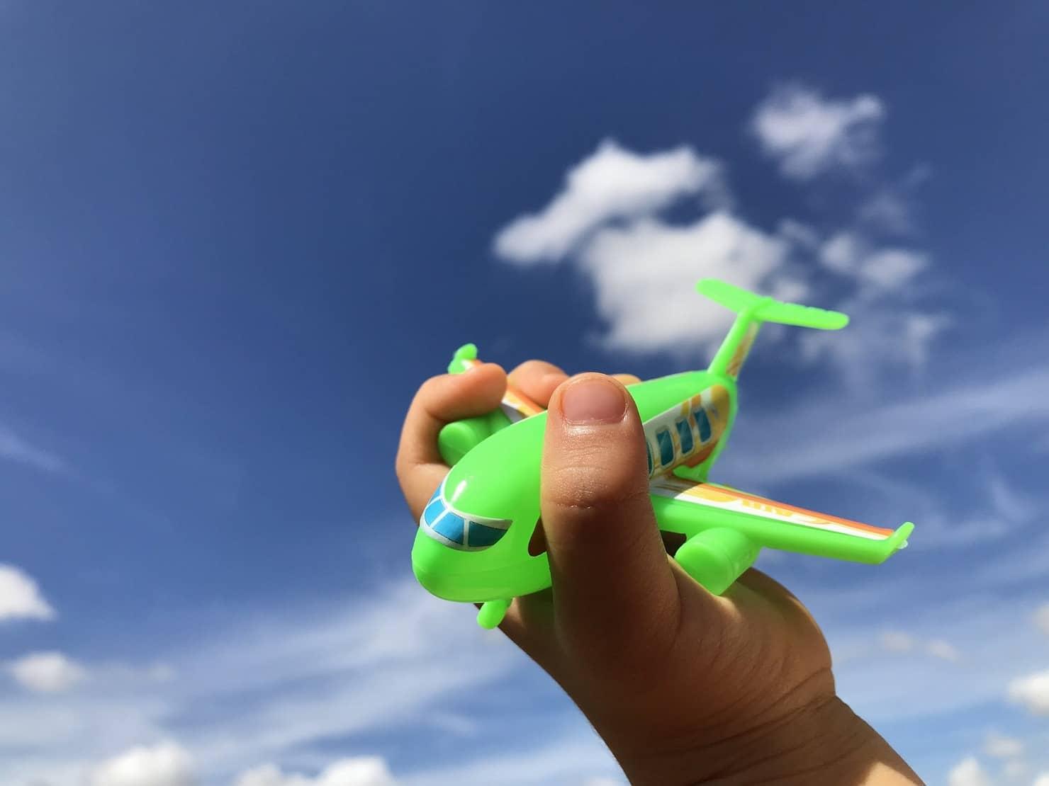 男の子に人気な飛行機のおもちゃの選び方! 木製や電池式、飛ばせるなど、おすすめ14選