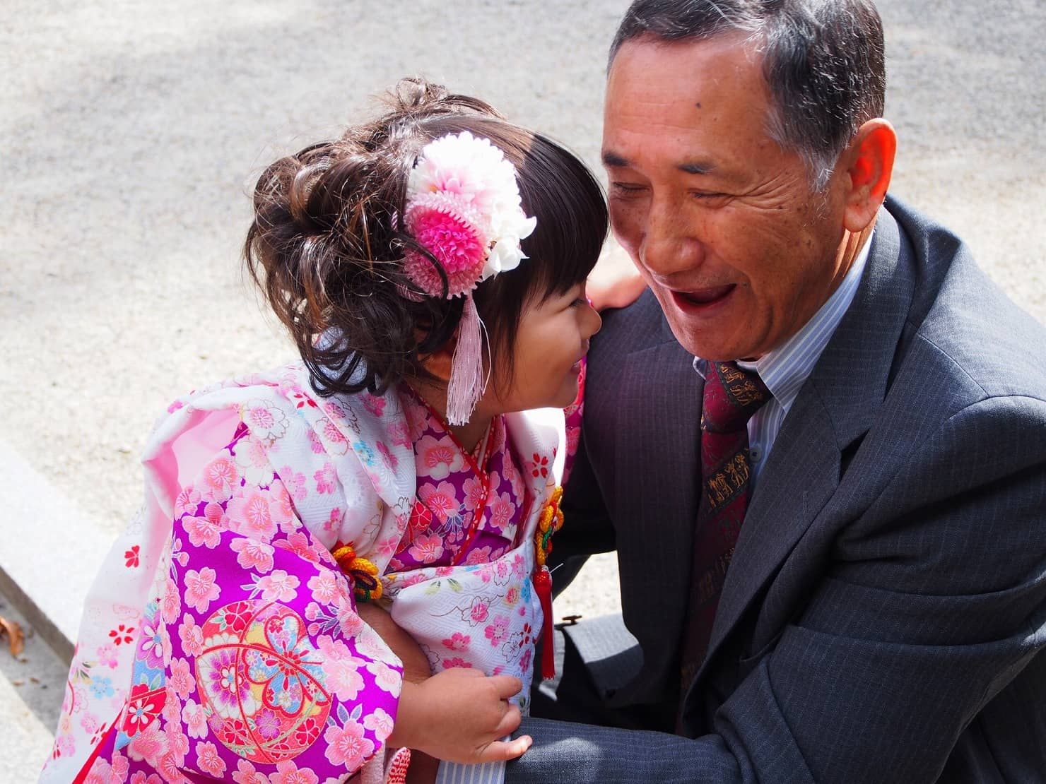 【3歳の七五三】女の子に人気の着物は? 着付けやヘアアレンジ、準備するものは?