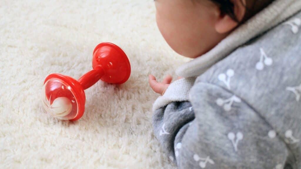 おもちゃを片手でしっかり持つ