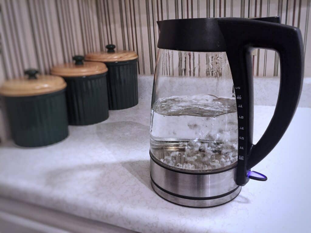 煮沸したミネラルウォーターの湯冷ましは?