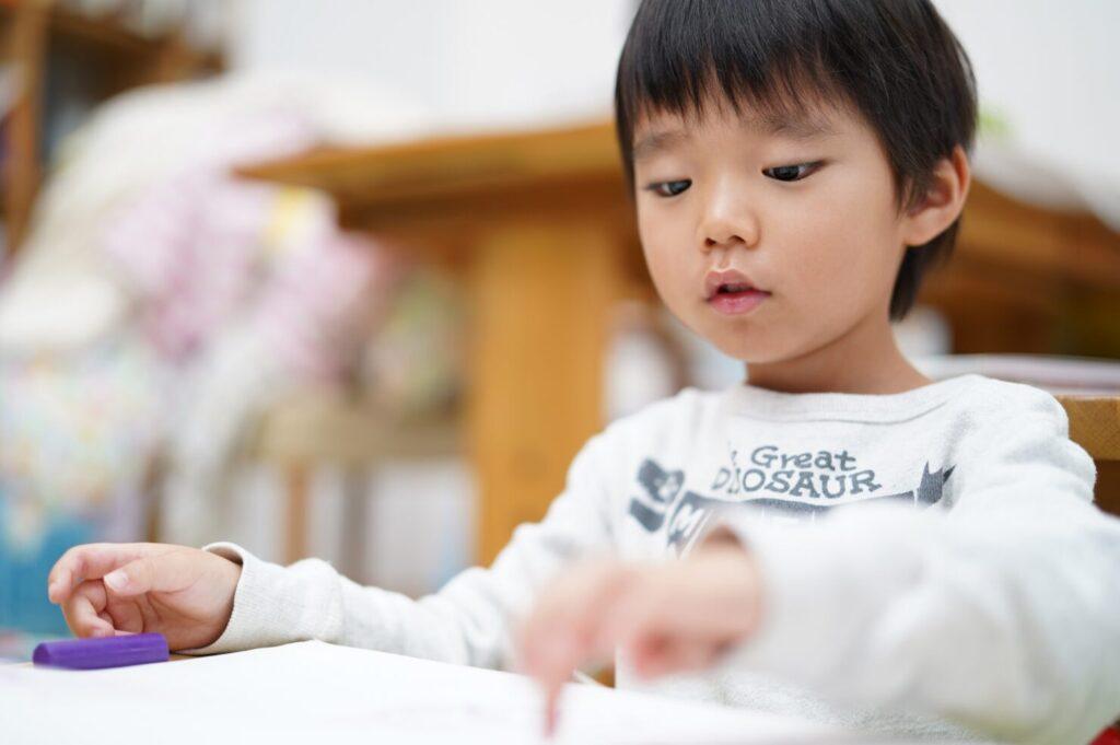 勉強をする幼児