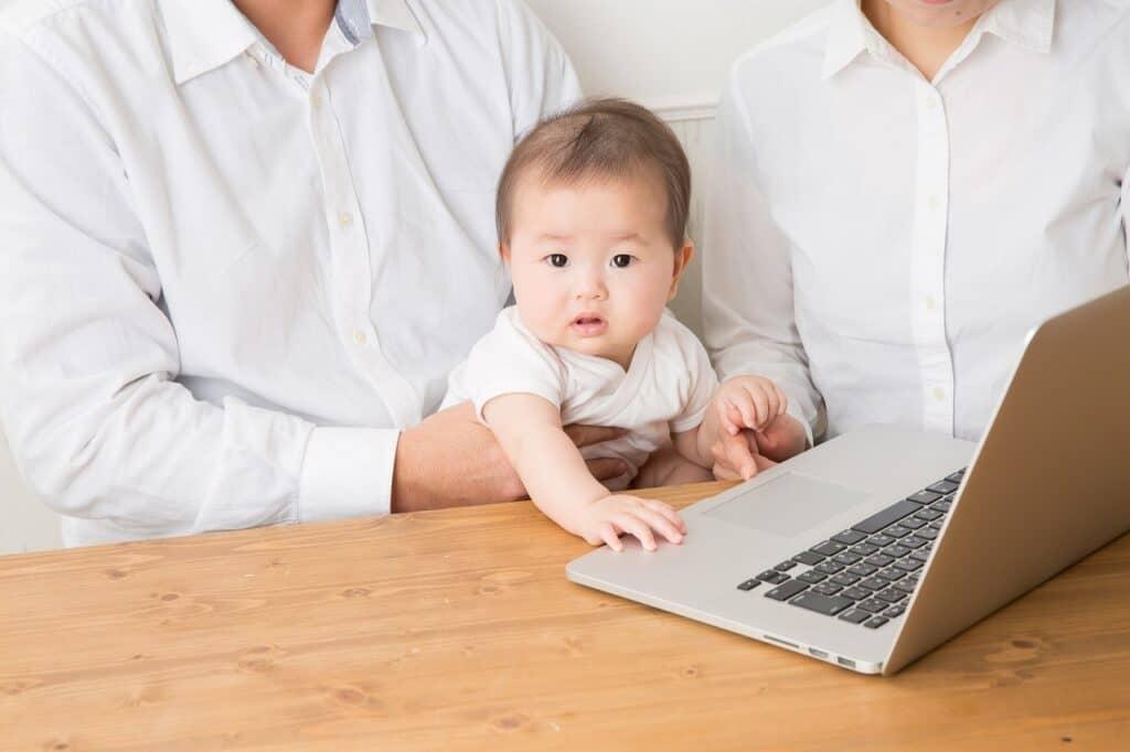 赤ちゃんにおすすめの英語の勉強方法③:子供向けの英語の動画を一緒に見る