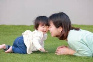 生後8ヶ月の赤ちゃんの成長と特徴は? 育児のポイントも紹介