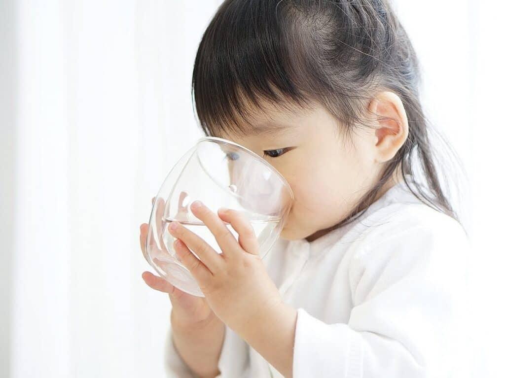 赤ちゃんにミネラルウォーターをそのまま飲ませてもいい?